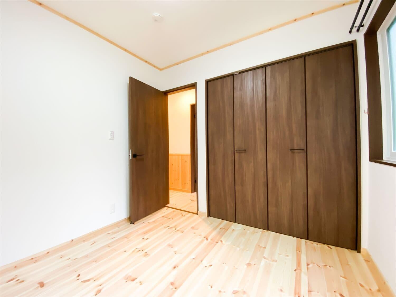 腰壁がユニークな平屋の洋室|水戸市の注文住宅,ログハウスのような木の家を低価格で建てるならエイ・ワン
