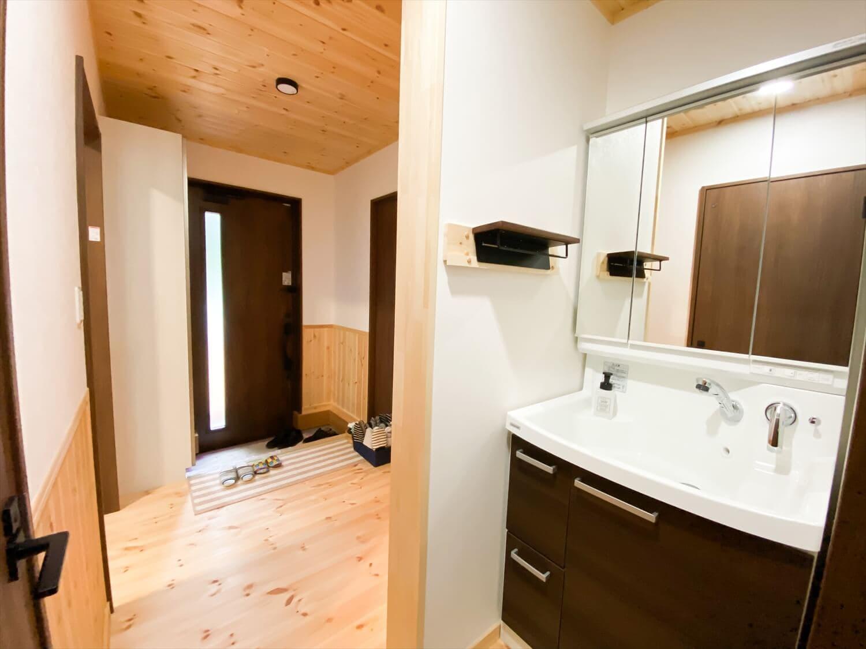 腰壁がユニークな平屋の洗面台|水戸市の注文住宅,ログハウスのような木の家を低価格で建てるならエイ・ワン