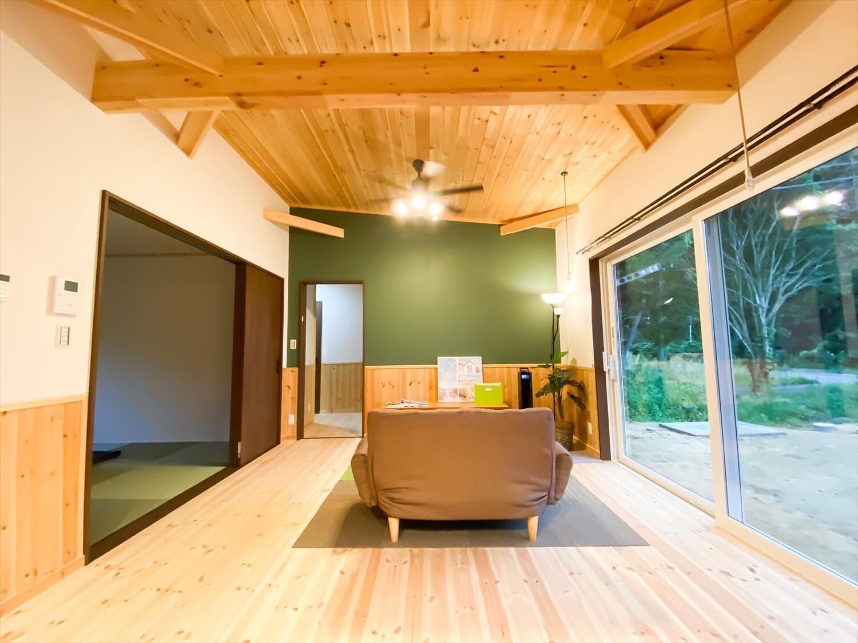 腰壁がユニークな平屋のリビング|水戸市の注文住宅,ログハウスのような木の家を低価格で建てるならエイ・ワン