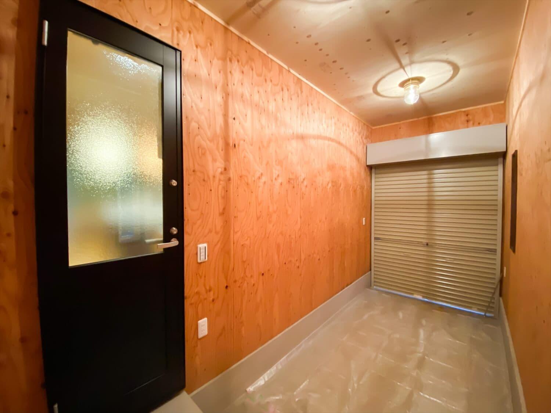 腰壁がユニークな平屋のインナーガレージ|水戸市の注文住宅,ログハウスのような木の家を低価格で建てるならエイ・ワン