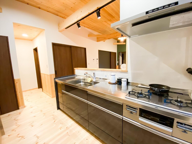 腰壁がユニークな平屋のキッチン|水戸市の注文住宅,ログハウスのような木の家を低価格で建てるならエイ・ワン