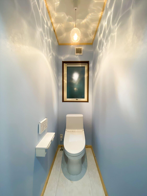 腰壁がユニークな平屋のトイレ|水戸市の注文住宅,ログハウスのような木の家を低価格で建てるならエイ・ワン