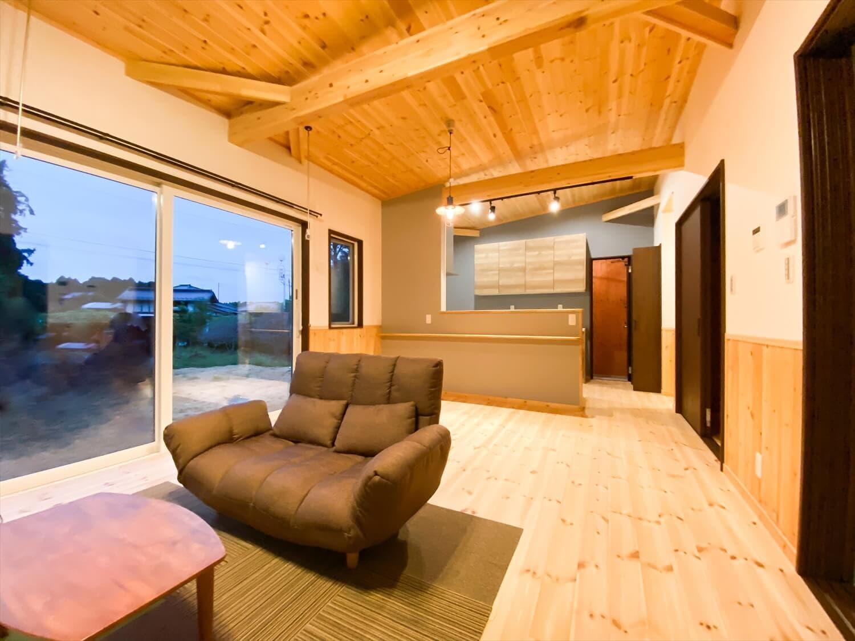 腰壁がユニークな平屋のLDK|水戸市の注文住宅,ログハウスのような木の家を低価格で建てるならエイ・ワン