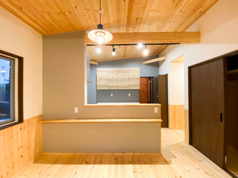 腰壁がユニークな平屋のオープンキッチン|水戸市の注文住宅,ログハウスのような木の家を低価格で建てるならエイ・ワン