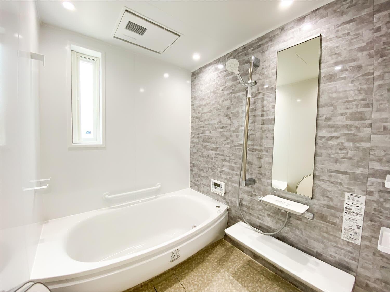 ヒバ無垢材を使った二階建てのバスルーム|行方市の注文住宅,ログハウスのような木の家を低価格で建てるならエイ・ワン