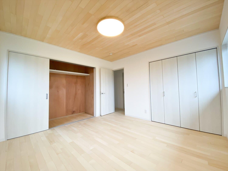 ヒバ無垢材を使った二階建ての洋室|行方市の注文住宅,ログハウスのような木の家を低価格で建てるならエイ・ワン
