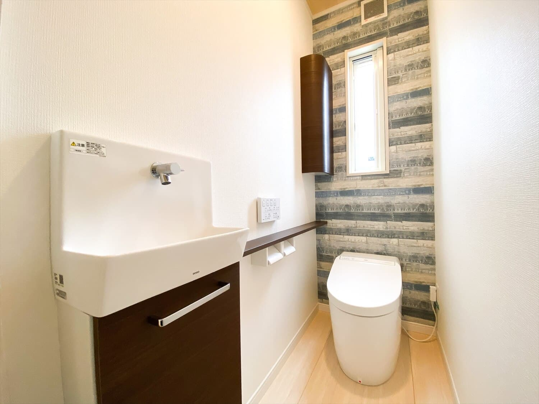 ヒバ無垢材を使った二階建てのトイレ|行方市の注文住宅,ログハウスのような木の家を低価格で建てるならエイ・ワン