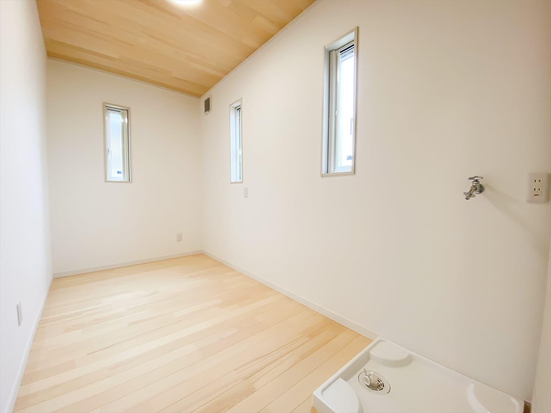 ヒバ無垢材を使った二階建てのランドリースペース|行方市の注文住宅,ログハウスのような木の家を低価格で建てるならエイ・ワン