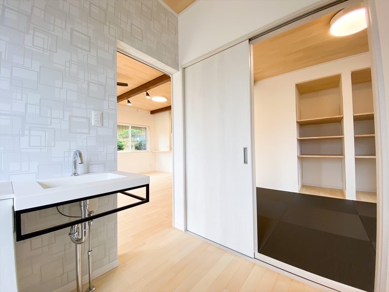 ヒバ無垢材を使った二階建ての玄関手洗い場|行方市の注文住宅,ログハウスのような木の家を低価格で建てるならエイ・ワン