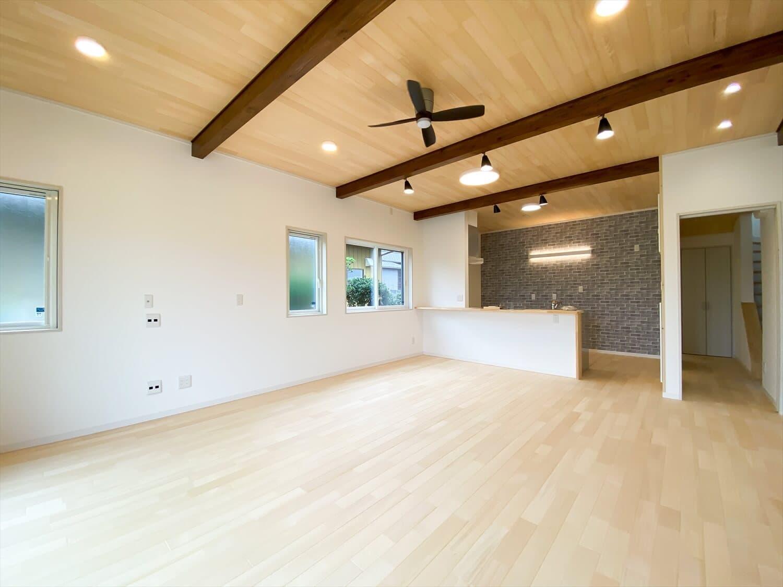 ヒバ無垢材を使った二階建てのリビング|行方市の注文住宅,ログハウスのような木の家を低価格で建てるならエイ・ワン