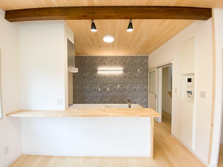 ヒバ無垢材を使った二階建てのオープンキッチン|行方市の注文住宅,ログハウスのような木の家を低価格で建てるならエイ・ワン