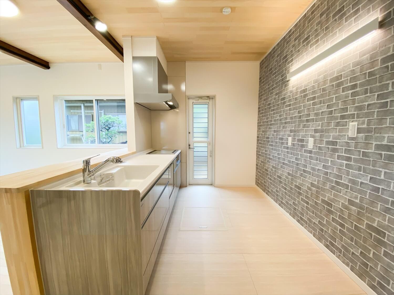ヒバ無垢材を使った二階建ての勝手口|行方市の注文住宅,ログハウスのような木の家を低価格で建てるならエイ・ワン