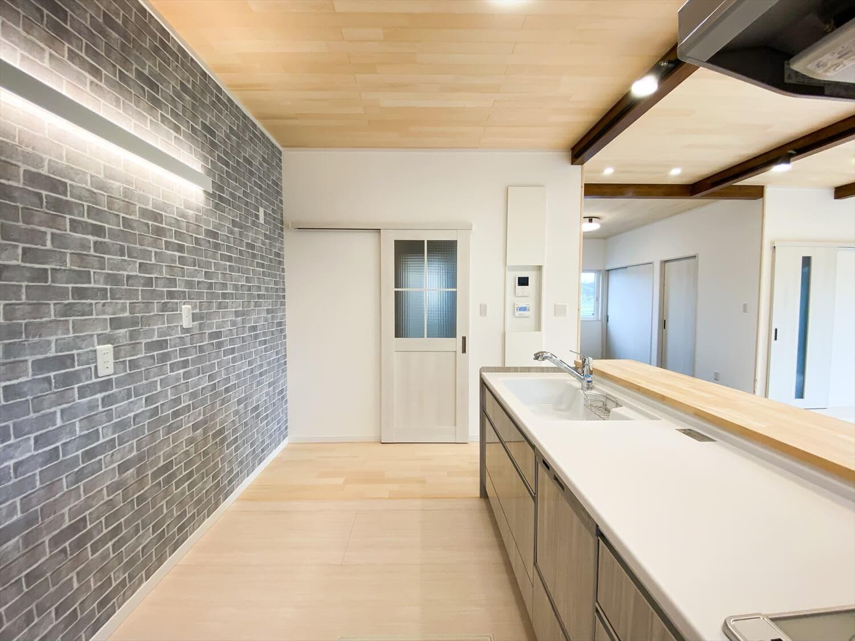 ヒバ無垢材を使った二階建ての家事動線|行方市の注文住宅,ログハウスのような木の家を低価格で建てるならエイ・ワン