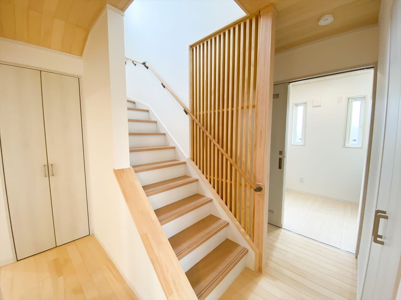 ヒバ無垢材を使った二階建ての階段|行方市の注文住宅,ログハウスのような木の家を低価格で建てるならエイ・ワン