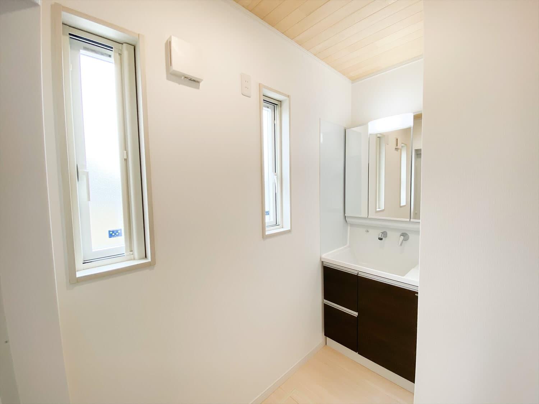 ヒバ無垢材を使った二階建ての洗面台|行方市の注文住宅,ログハウスのような木の家を低価格で建てるならエイ・ワン