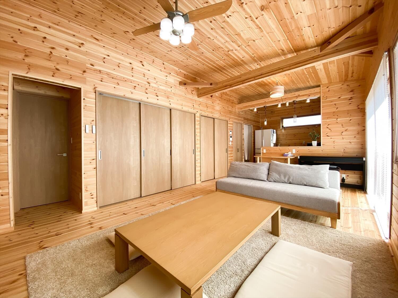 家事導線を考慮した平屋のリビング2|笠間市の注文住宅,ログハウスのような木の家を低価格で建てるならエイ・ワン