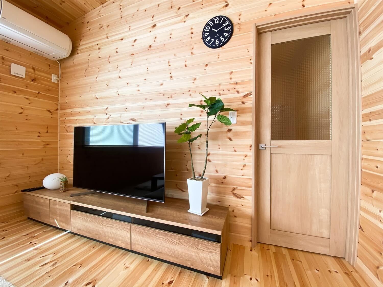 家事導線を考慮した平屋のテレビコーナー|笠間市の注文住宅,ログハウスのような木の家を低価格で建てるならエイ・ワン