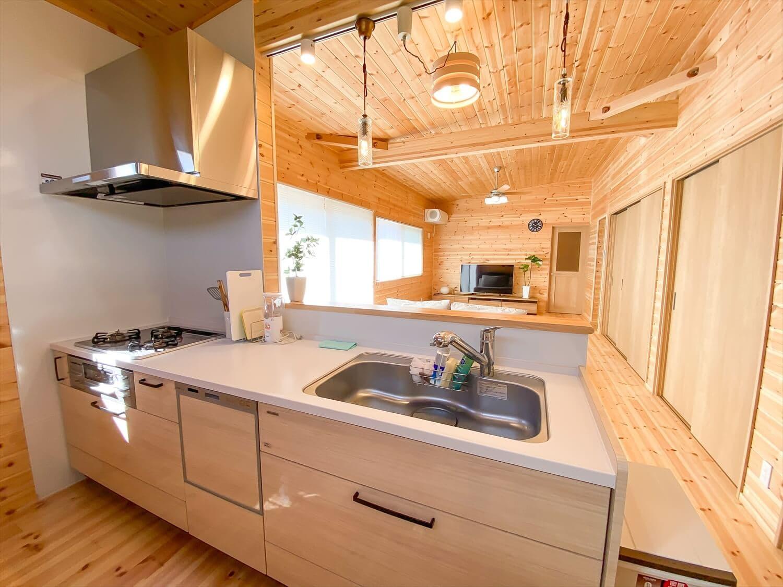 家事導線を考慮した平屋のキッチン|笠間市の注文住宅,ログハウスのような木の家を低価格で建てるならエイ・ワン