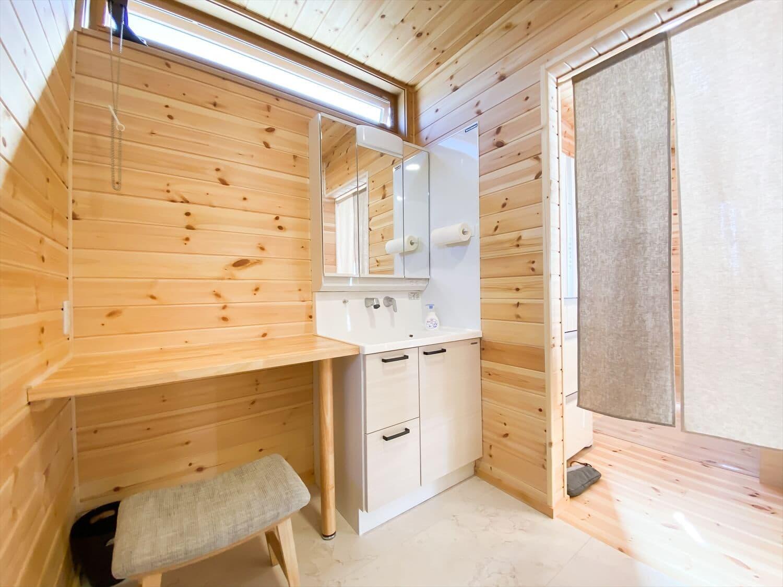 家事導線を考慮した平屋の洗面室|笠間市の注文住宅,ログハウスのような木の家を低価格で建てるならエイ・ワン