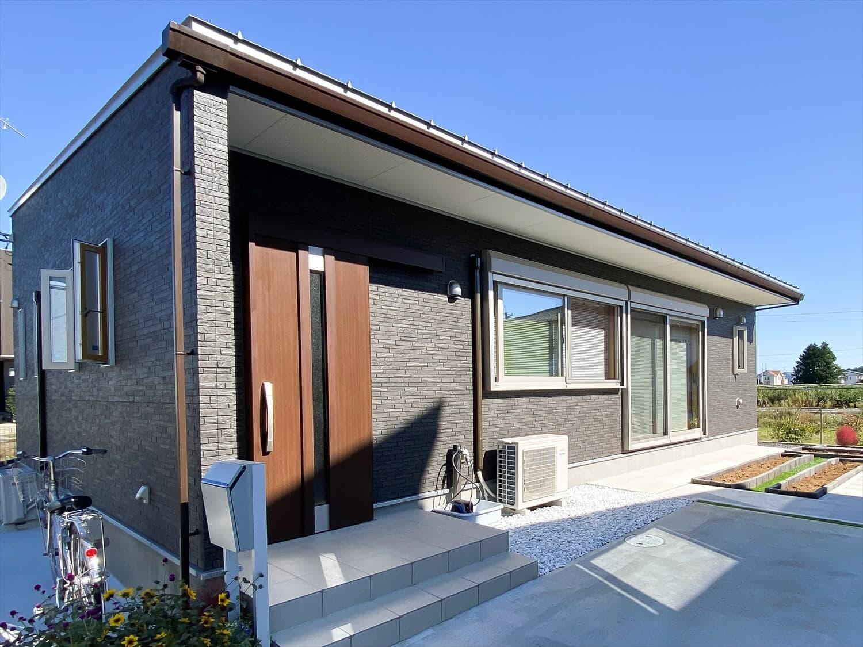 家事導線を考慮した平屋の外観|笠間市の注文住宅,ログハウスのような木の家を低価格で建てるならエイ・ワン
