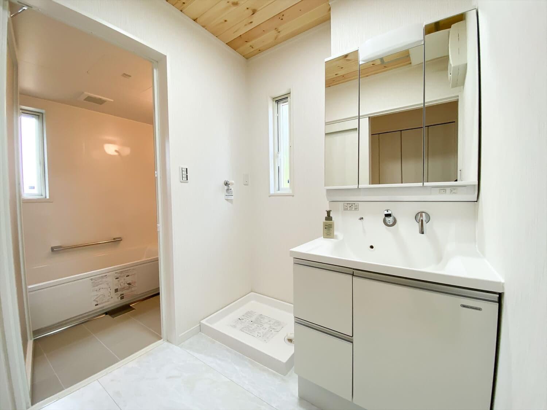共有型二世帯住宅の二階建ての洗面脱衣室|行方市の注文住宅,ログハウスのような木の家を低価格で建てるならエイ・ワン