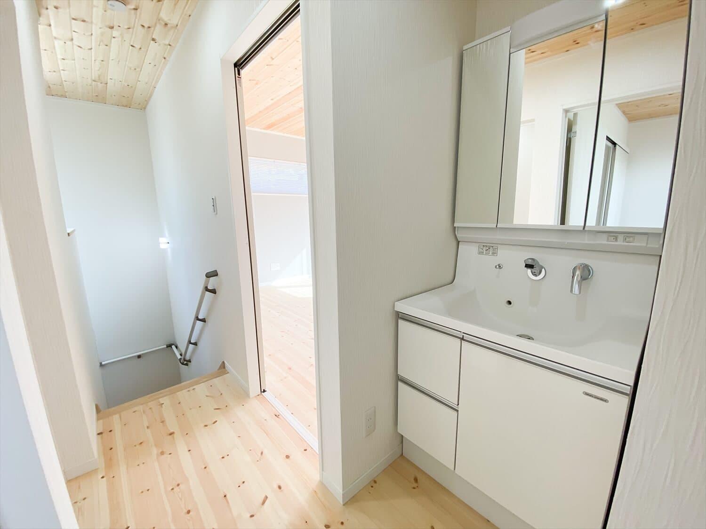 共有型二世帯住宅の二階建ての二階洗面台|行方市の注文住宅,ログハウスのような木の家を低価格で建てるならエイ・ワン