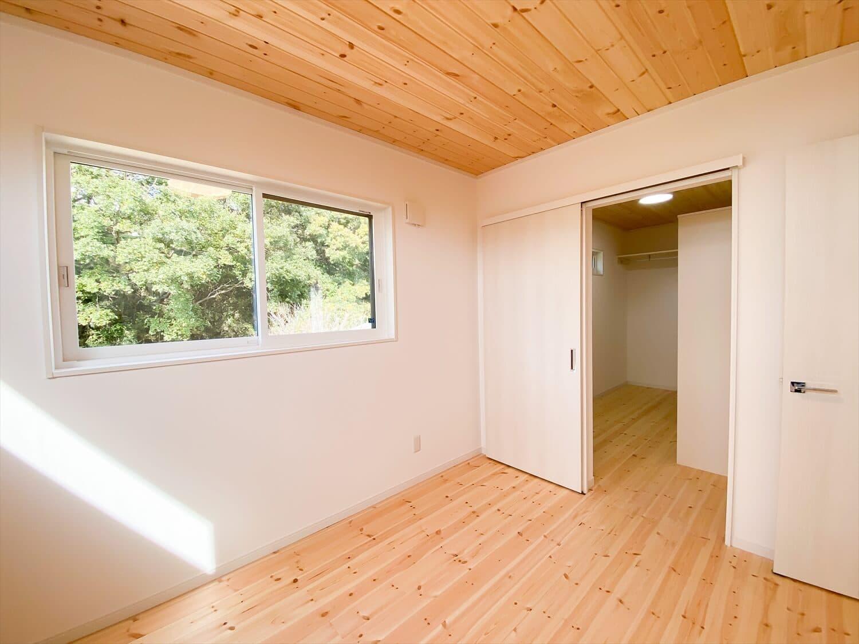 共有型二世帯住宅の二階建ての寝室|行方市の注文住宅,ログハウスのような木の家を低価格で建てるならエイ・ワン