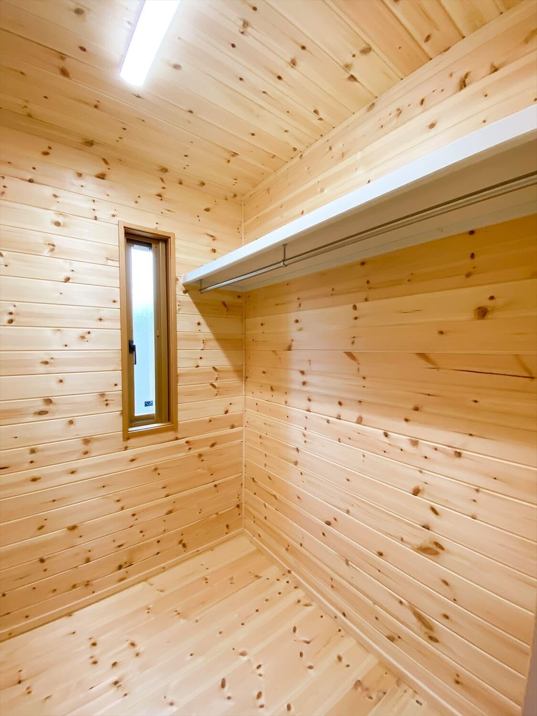 こだわりを詰め込んだ平屋のウォークインクローゼット|石岡市の注文住宅,ログハウスのような木の家を低価格で建てるならエイ・ワン