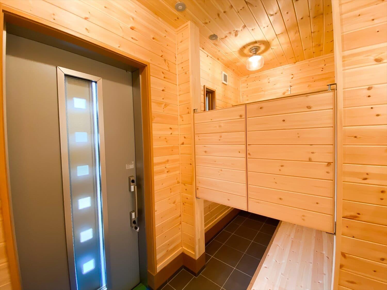 こだわりを詰め込んだ平屋の玄関ホール|石岡市の注文住宅,ログハウスのような木の家を低価格で建てるならエイ・ワン