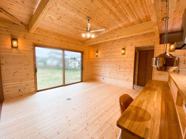 こだわりを詰め込んだ平屋のリビング2|石岡市の注文住宅,ログハウスのような木の家を低価格で建てるならエイ・ワン