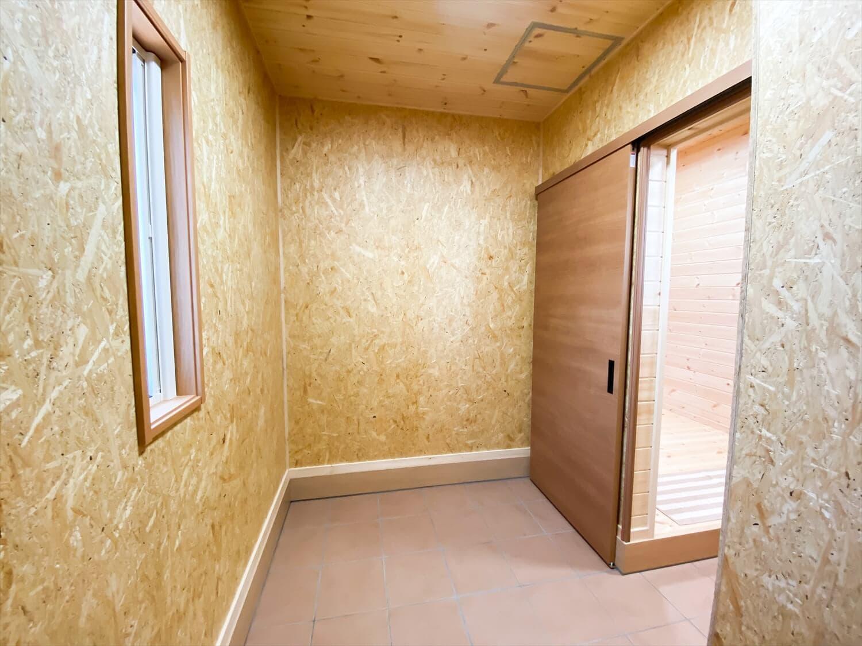 カリフォルニア風サーファーズハウスの平屋の土間収納|つくばみらい市の注文住宅,ログハウスのような木の家を低価格で建てるならエイ・ワン