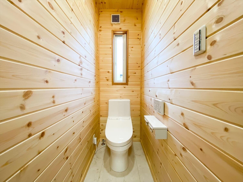 カリフォルニア風サーファーズハウスの平屋のトイレ|つくばみらい市の注文住宅,ログハウスのような木の家を低価格で建てるならエイ・ワン