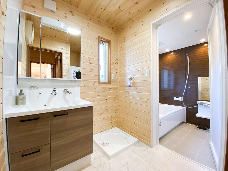カリフォルニア風サーファーズハウスの平屋の洗面脱衣室|つくばみらい市の注文住宅,ログハウスのような木の家を低価格で建てるならエイ・ワン