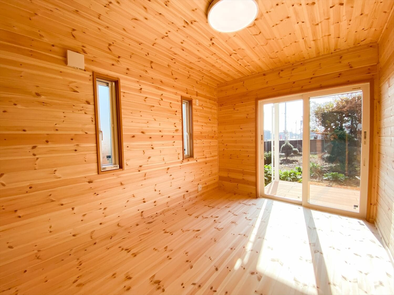 カリフォルニア風サーファーズハウスの平屋の居室|つくばみらい市の注文住宅,ログハウスのような木の家を低価格で建てるならエイ・ワン