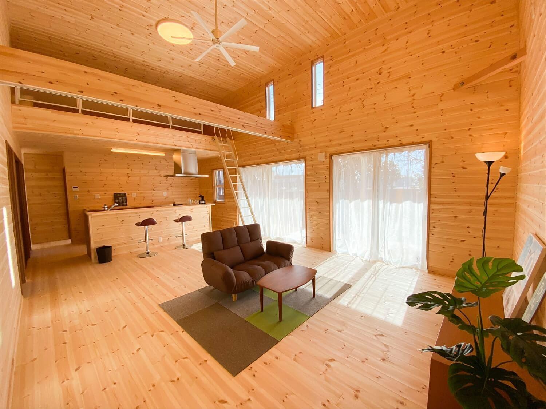 カリフォルニア風サーファーズハウスの平屋のリビング|つくばみらい市の注文住宅,ログハウスのような木の家を低価格で建てるならエイ・ワン