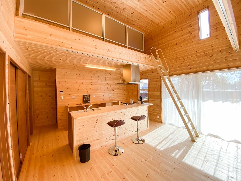 カリフォルニア風サーファーズハウスの平屋のロフト|つくばみらい市の注文住宅,ログハウスのような木の家を低価格で建てるならエイ・ワン