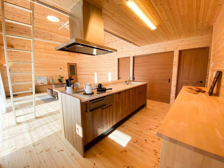カリフォルニア風サーファーズハウスの平屋のキッチン|つくばみらい市の注文住宅,ログハウスのような木の家を低価格で建てるならエイ・ワン