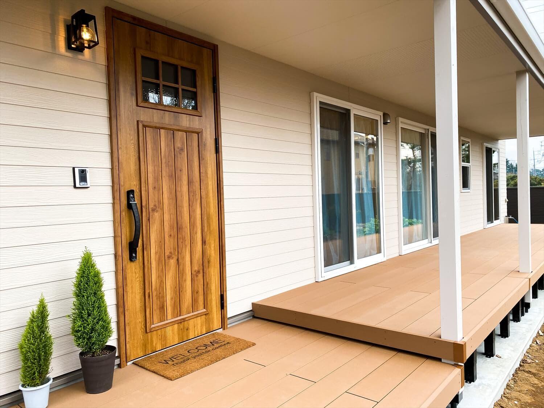 カリフォルニア風サーファーズハウスの平屋の玄関ポーチ|つくばみらい市の注文住宅,ログハウスのような木の家を低価格で建てるならエイ・ワン