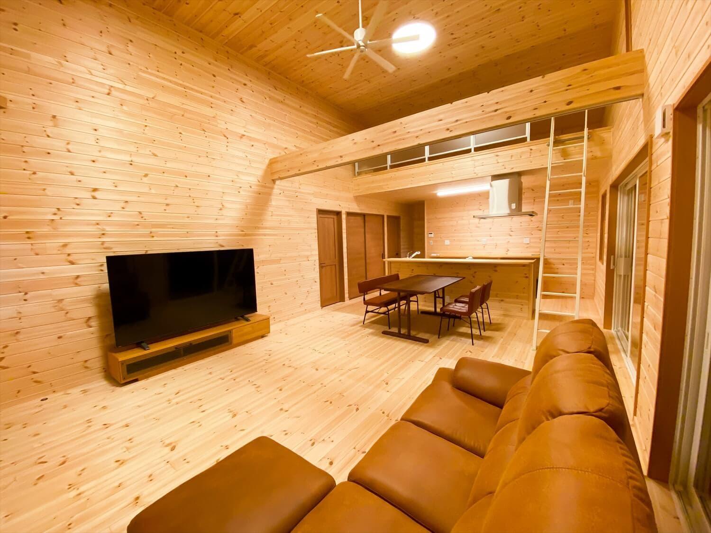 カリフォルニア風サーファーズハウスの平屋のLDK|つくばみらい市の注文住宅,ログハウスのような木の家を低価格で建てるならエイ・ワン