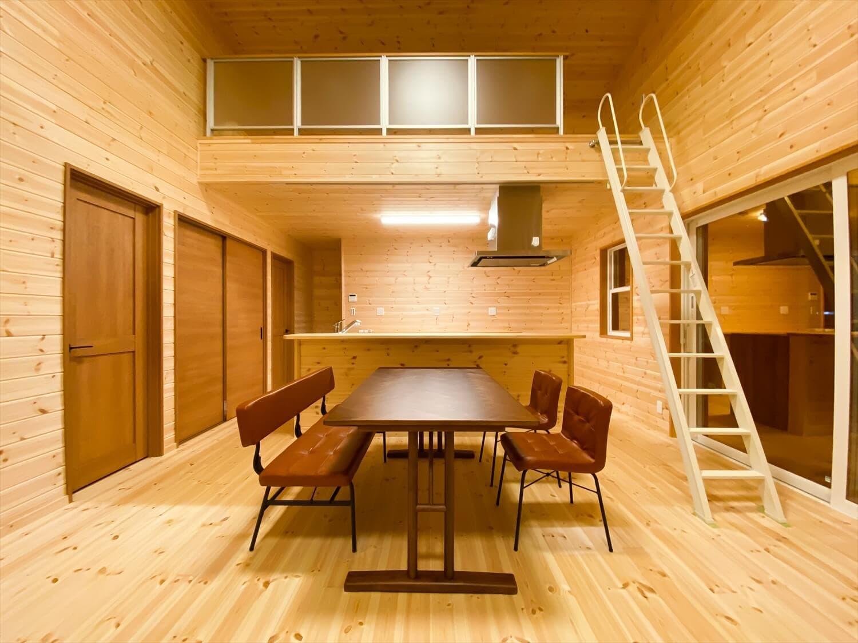 カリフォルニア風サーファーズハウスの平屋のダイニング|つくばみらい市の注文住宅,ログハウスのような木の家を低価格で建てるならエイ・ワン