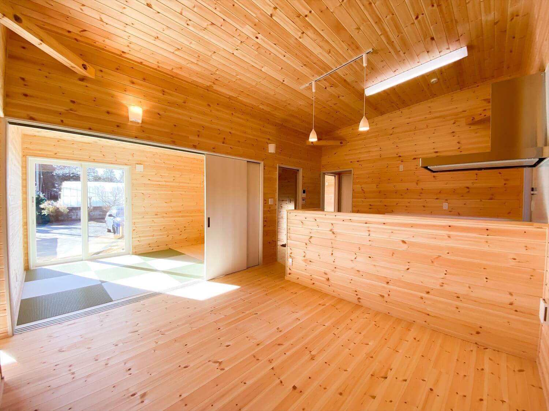 プライベートを尊重した平屋のリビング 鉾田市の注文住宅,ログハウスのような木の家を低価格で建てるならエイ・ワン