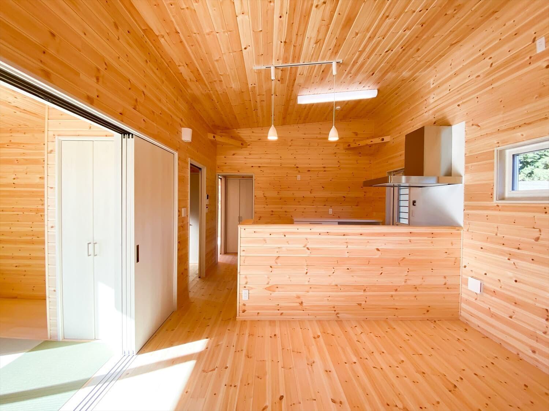 プライベートを尊重した平屋のダイニングキッチン 鉾田市の注文住宅,ログハウスのような木の家を低価格で建てるならエイ・ワン