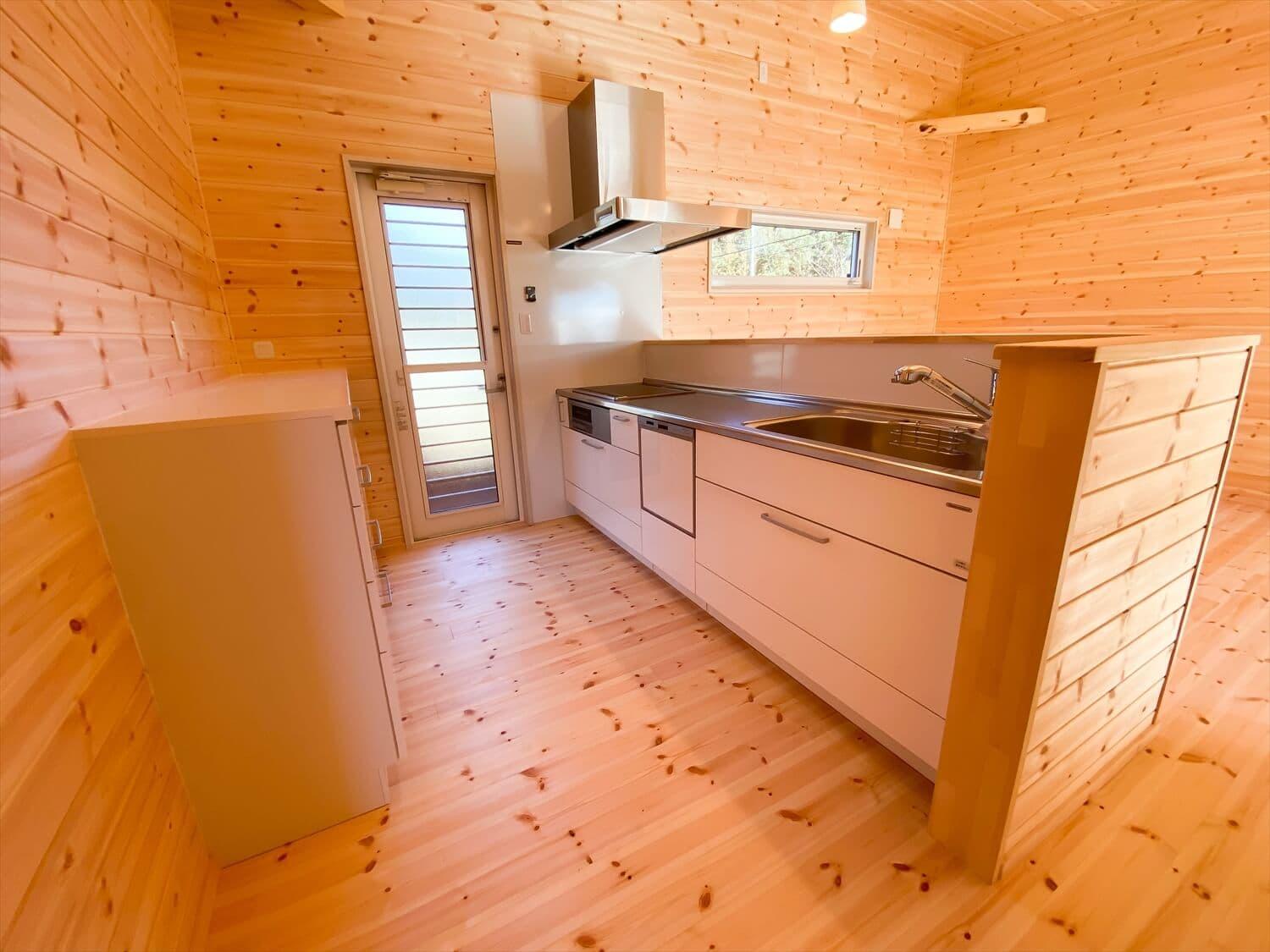 プライベートを尊重した平屋のキッチン収納 鉾田市の注文住宅,ログハウスのような木の家を低価格で建てるならエイ・ワン