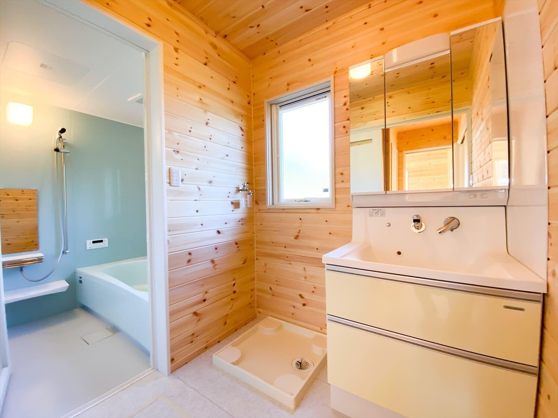 プライベートを尊重した平屋の洗面脱衣室 鉾田市の注文住宅,ログハウスのような木の家を低価格で建てるならエイ・ワン