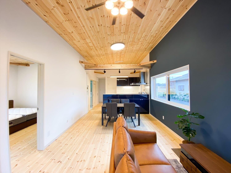 予算内で最大の価値を叶えた無駄のない平屋のリビングダイニングキッチン|行方市の注文住宅,ログハウスのような木の家を低価格で建てるならエイ・ワン