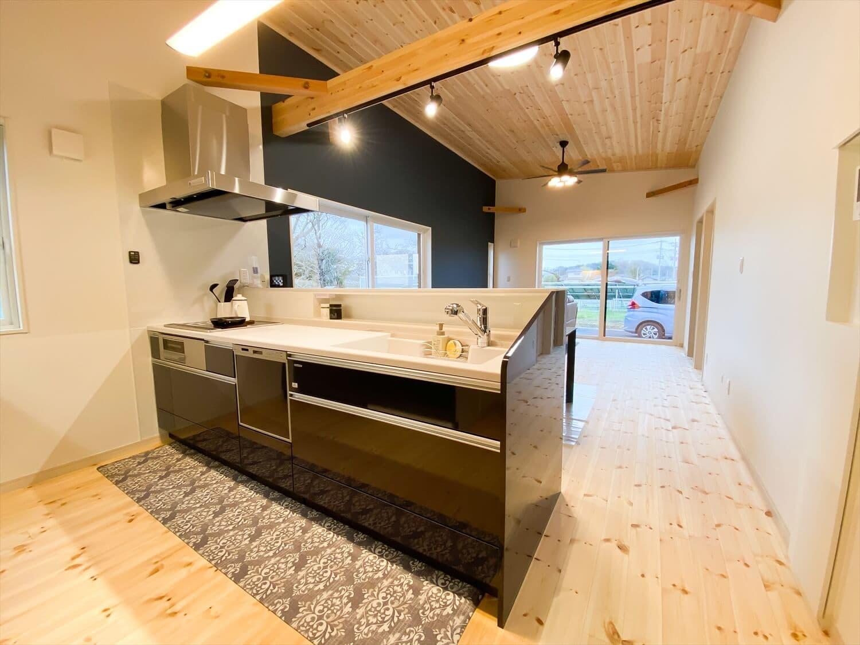 予算内で最大の価値を叶えた無駄のない平屋のキッチン|行方市の注文住宅,ログハウスのような木の家を低価格で建てるならエイ・ワン