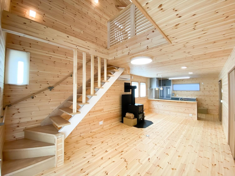 薪ストーブと暮らすログハウス風二階建ての吹き抜け|利根町の注文住宅,ログハウスのような木の家を低価格で建てるならエイ・ワン