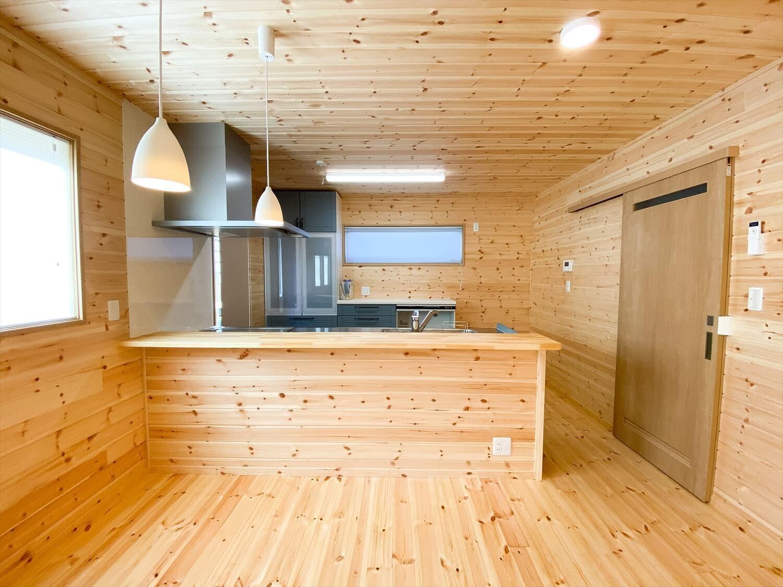 薪ストーブと暮らすログハウス風二階建てのカウンターテーブル|利根町の注文住宅,ログハウスのような木の家を低価格で建てるならエイ・ワン