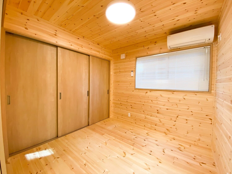 薪ストーブと暮らすログハウス風二階建ての居室|利根町の注文住宅,ログハウスのような木の家を低価格で建てるならエイ・ワン
