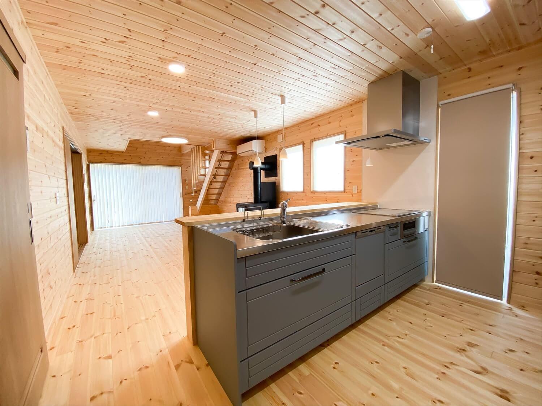 薪ストーブと暮らすログハウス風二階建てのキッチン|利根町の注文住宅,ログハウスのような木の家を低価格で建てるならエイ・ワン